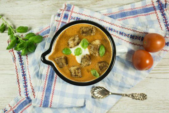 Kokos-Tomaten-Suppe mit Zimtcroutons