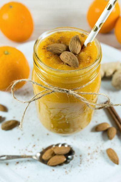 Winter-Smoothie mit Kaki, Orange und Macapulver